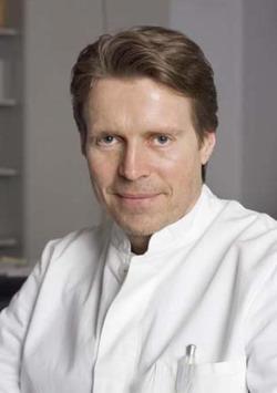 Один из основоположников микрохирургии среднего уха - руководитель клиники - доктор медицинских наук Винфрид Хохенхорст